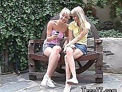 Les deux des jeunes personnes lesbiennes aux cheveux filasse amants