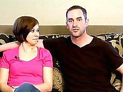 Mariés couple tente mouvement d'oscillation pour la première fois que à une orgie