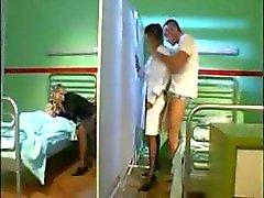 Onwaardige oude rips met koddige cum emmers te maken met patiënten die in een ziekenhuis