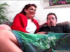 Сексуальная и неприятный брюнетку зрелой шлюха получает роговые нее мужчины