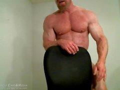 Lihaksen mestari Tom Herra Flexing
