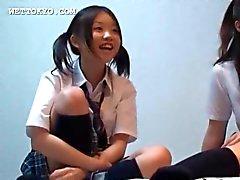 Aasian opiskelijoita pelaa seksiä videoita heidän college huone
