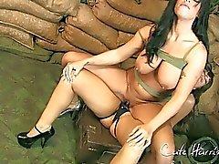 Sotilaallinen Babes hauskaa strapon
