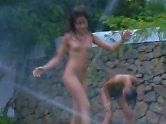 Russischer coeds Wassersport in Garten