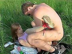 Brutale teenies anale seks in de buitenlucht