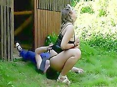 BBW slet neemt plaats op haar mans gezicht whille in het park