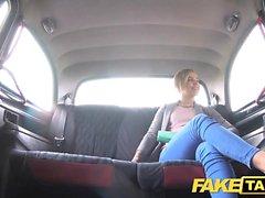 Fake Taxi Söt petite tonåring får snålskjuts