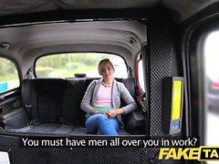 Sahte Taksi Sevimli minyon genç serbest gezinti alır