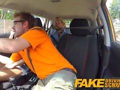 Fake Driving School Sexiga kåta lärare hemligt knullar i instruktör bil