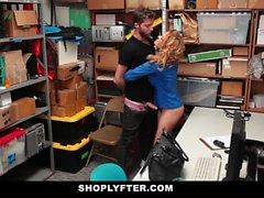Shoplyfter - MILF caliente domina ladrón joven por robar
