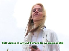 Сюзанна удивительный блондинку женщина общественности мигающий зады и киске