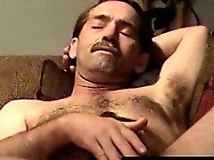 Мастурбирует волосатую байкер будучи высосанным