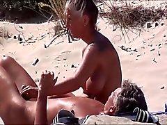 Hoad Milf masturberar på stranden