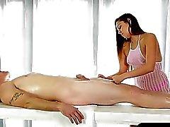 Heiß Masseurin gibt eine schönen Blowjob unter der Massagetisch