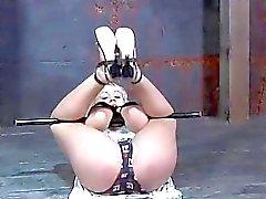 Gal consigue su pastel de piel satisfecho mientras que dentro de una jaula