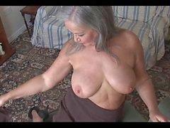 Attraktiva busty granny striptease