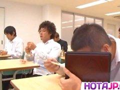 Ruri Saijo втирает киску с фруктами в классе