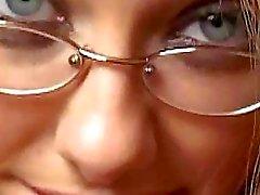 Eccitata pulcino con occhiali