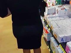 madura exhibicionista en farmacia