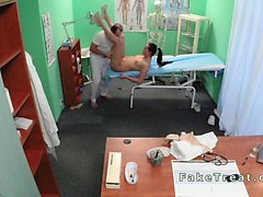 Docteur massages sa nourrice en simili l'hôpital