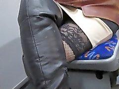 Fille en bas résille et de sa bottes de cuir noir dans un autobus