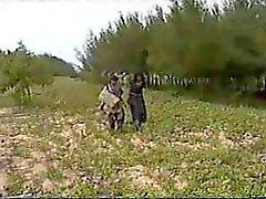 2 Shy indiska horor körd utanför i en Field