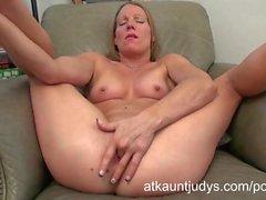 Alyssa olandese di masturba stesa sul AuntJudys