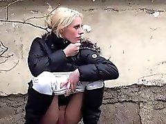 Girls de amador filmada urinando às ruas