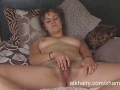 L'onyx masturbe exhibe sa chatte poilue d'un vibreur