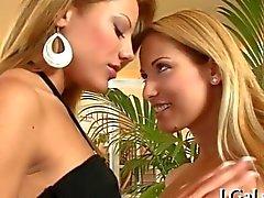 Atemberaubende Lesbians bereit, hart zu steigen Sie