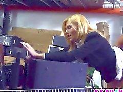 Blondine bekommt ihre Pussy im Leihhaus gefickt