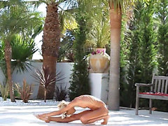 Super flexi thin girl peeing outdoors