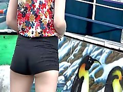 De Nice jeune fille de petites des shorts courts serré !