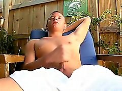 Observa como a Josh se masturba su miembro para la cámara.
