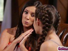 Milf Jelena Jensen commence à jouer avec les seins étudiants
