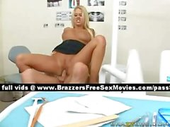 Magnifique blonde fille sur le fauteuil du le dentiste