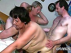 Роговой маме нравится лесбийский удовольствие в постели