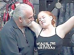 Redhead BBW Kirsten yöneticisi tarafından çırpılmış onu şişman kıçını alır