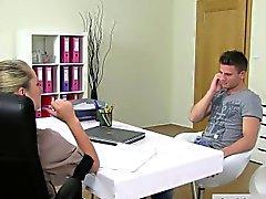 Femme agent blondinette encule mec d'amateur sur un canapé