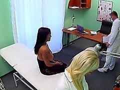 Krankenschwester reibt sich riesigen Titten der geduldig in einer abgehängten Krankenhauses