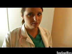 Aux gros nichons de Brunette infirmière de baise son patient