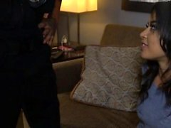 Latina gata Maya recebe seu bichano demolida pelo oficial de tesão