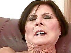 Nasty Omi bekommt ihre haarige Pussy hart gefickt