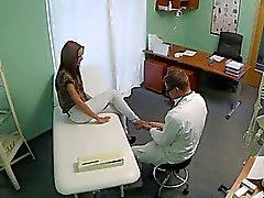 Perfekte brünette Babe Muschi gebumst mit Arzt