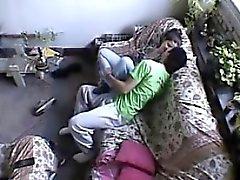 Couple baise dans le séjour de la maison