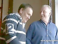 Två gamla Män Shave En ung fitta