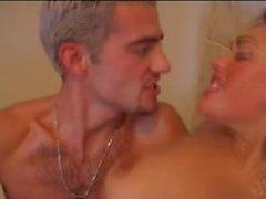 Une blonde salope dans sa salle de bains