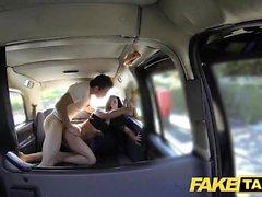 Taxi falso altura beleza Espanhol transa com ela bf na parte de trás