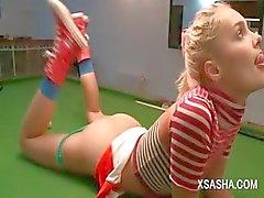 Cute русска куклу Sasha мастурбацией на бильярдный стол