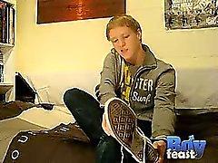 Matthieu ensimmäisen videon BoyFeast on kuumaa kanssa Yksin , hänelle varisee
